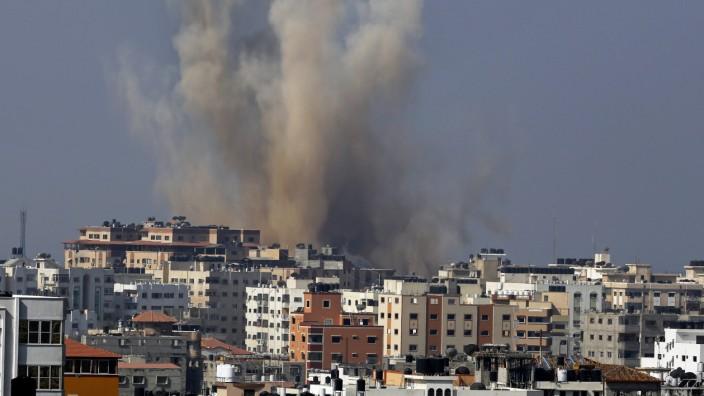 Nahostkonflikt: Rauch und Staub steigen auf: Gaza-Stadt ist erneut von der israelischen Luftwaffe mit Raketen beschossen worden.
