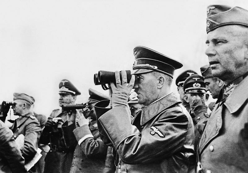 Adolf Hitler beobachtet die Bombardierung Warschaus, 1939