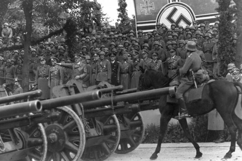 Adolf Hitler mit Generälen bei der Siegesparade in Warschau, 1939