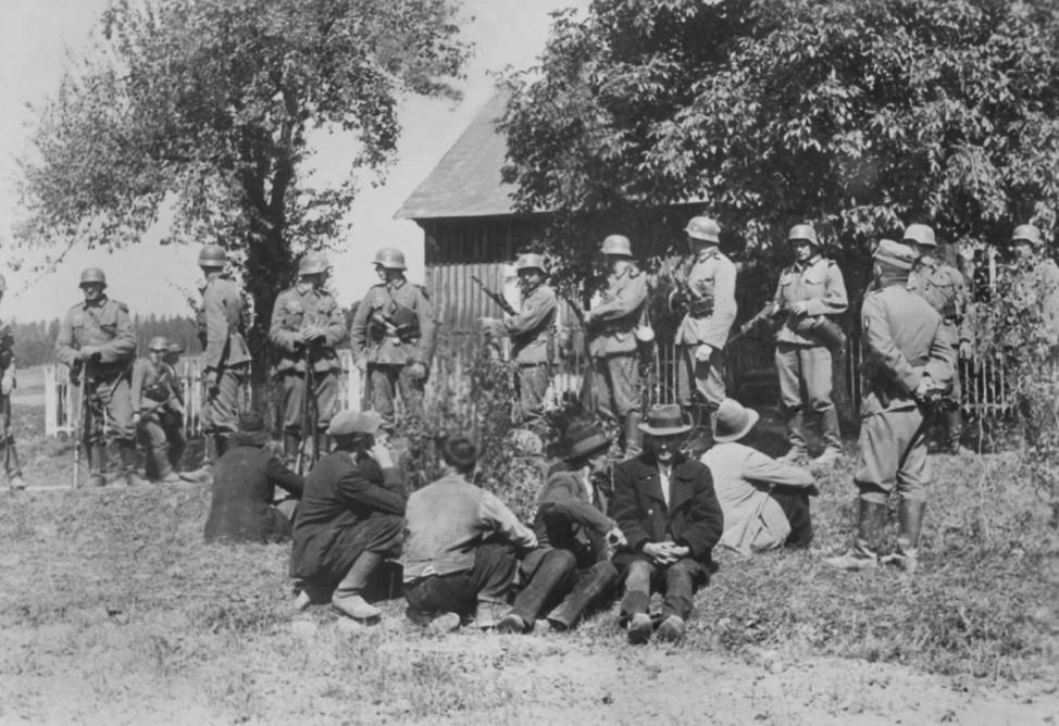 Deutsche Soldaten mit verhafteten polnischen Zivilisten, 1939