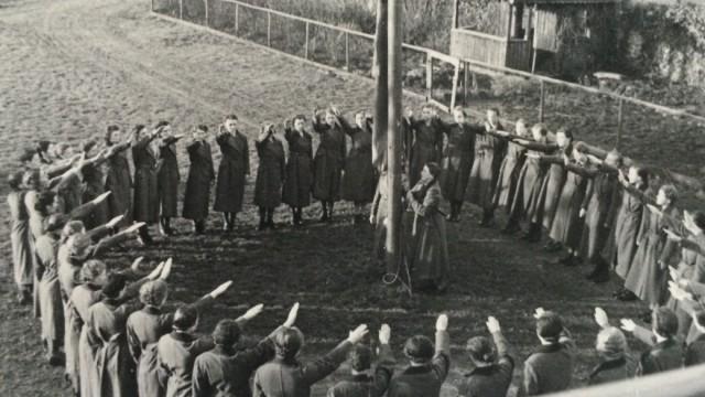 """Lieselotte Bach und die anderen """"Arbeitsmaiden"""" beim Fahnenappell vor ihrem RAD-Bauernhof bei Kempten"""