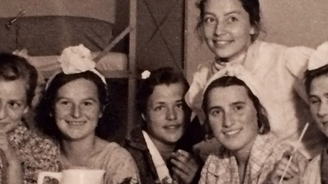 Lieselotte Bach (mit Blume im Haar) inmitten ihrer RAD-Kameradinnen bei einer Feier.