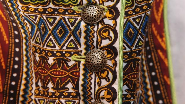 Modedesign im Glockenbackviertel: Afrikanische Dirndl: Die traditionell geschnittenen Kleider fallen durch knallige Rauten- oder Dschungeldekors auf.