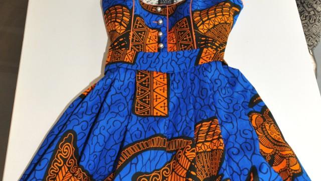 Modedesign im Glockenbackviertel: Die Schwestern aus schneidern die klassischen Schnürkleider aus den bunt gescheckten Stoffen Westafrikas.