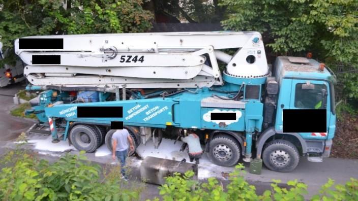 """Unfall in Moosach: """"Klar ist, dass der Fahrer sich nicht eben vorsichtig in die Unterführung hinein getastet hat"""": der beschädigte Lkw nach dem Unfall."""