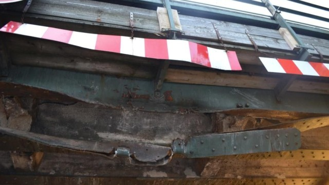 Unfall in Moosach: Die beschädigte Bahnbrücke von unten.