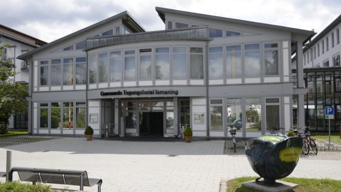 Ismaning: Bis Dezember war in dem Gebäude am Seidl-Kreuz-Weg das Commundo-Tagungshotel. Zum Schuljahr 2017/18 sollen hier die Gymnasiasten einziehen.