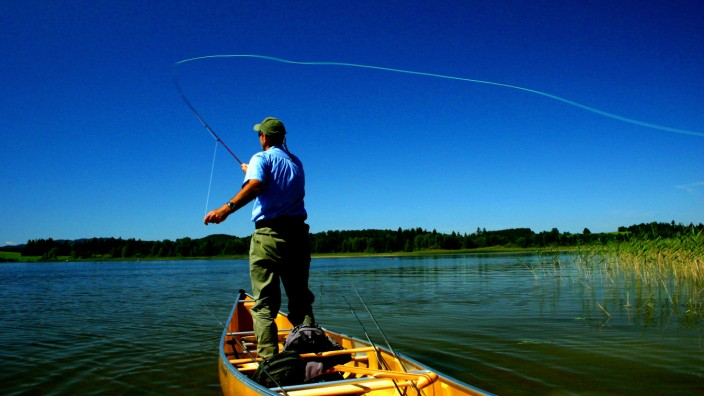 """Fliegenfischen: """"Wie der Django beim Schießen"""". Jean-Pierre Vollrath, Fliegenfisch-Lehrer, bei der Arbeit."""