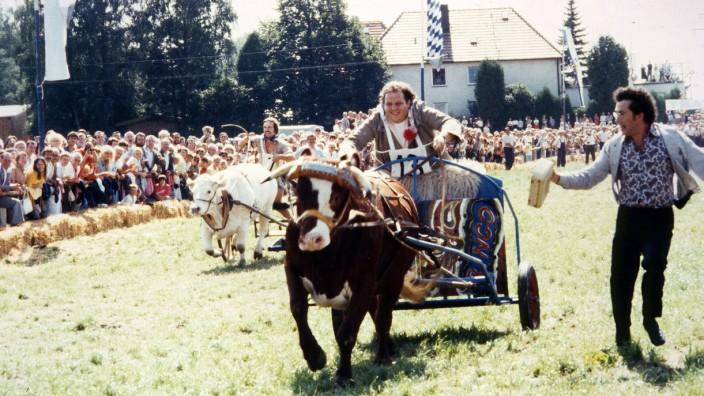 """TV-Serie """"Irgendwie und Sowieso"""", Ottfried Fischer als Sir Quickly beim Ochsenrennen"""