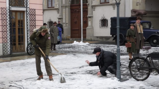 Schneeschippen in Görlitz: Wes Anderson (links) bei der Arbeit.