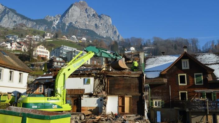 Immobilienwirtschaft und Denkmalpflege: Dem Bagger fiel eines der ältesten Quartiere Europas zum Opfer. Ein Haus, datiert auf 1280, und eine Mühle direkt am Bach, datiert auf 1308.