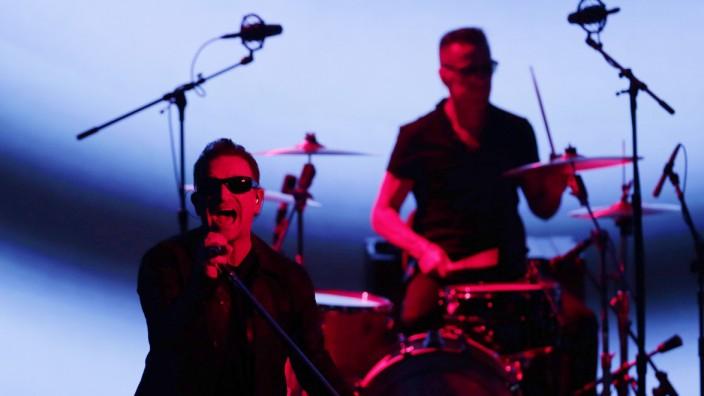Bono (links) und Schlagzeuger Larry Mullen Jr. von U2 bei ihrem Auftritt in Cupertino.