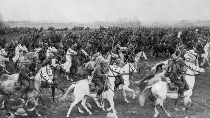 Zweiter Weltkrieg: Die letzten Repräsentanten des feudalen Polen: Kavalleristen auf dem Weg an die Front 1939. Eine andere Quelle schreibt dieses Bild einem Manöver vor Kriegsbeginn zu.