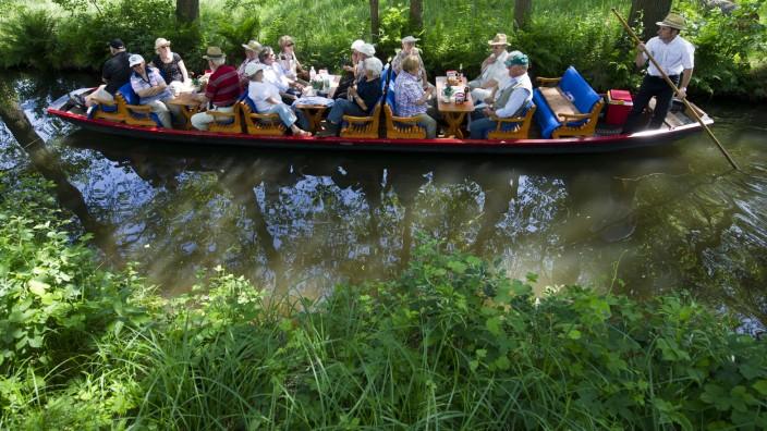 Touristen erkunden Spreewald