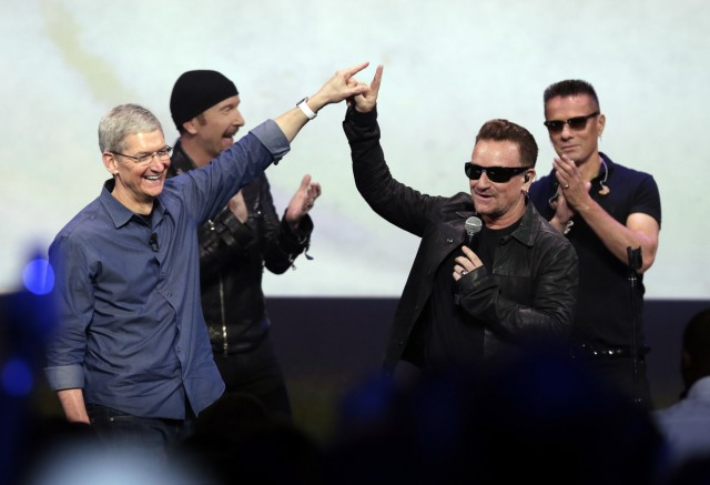 Apple-Chef Tim Cook mit Bono von U2