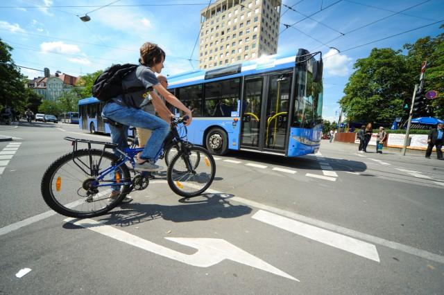Fahrradfahrer am Rotkreuzplatz in München, 2014