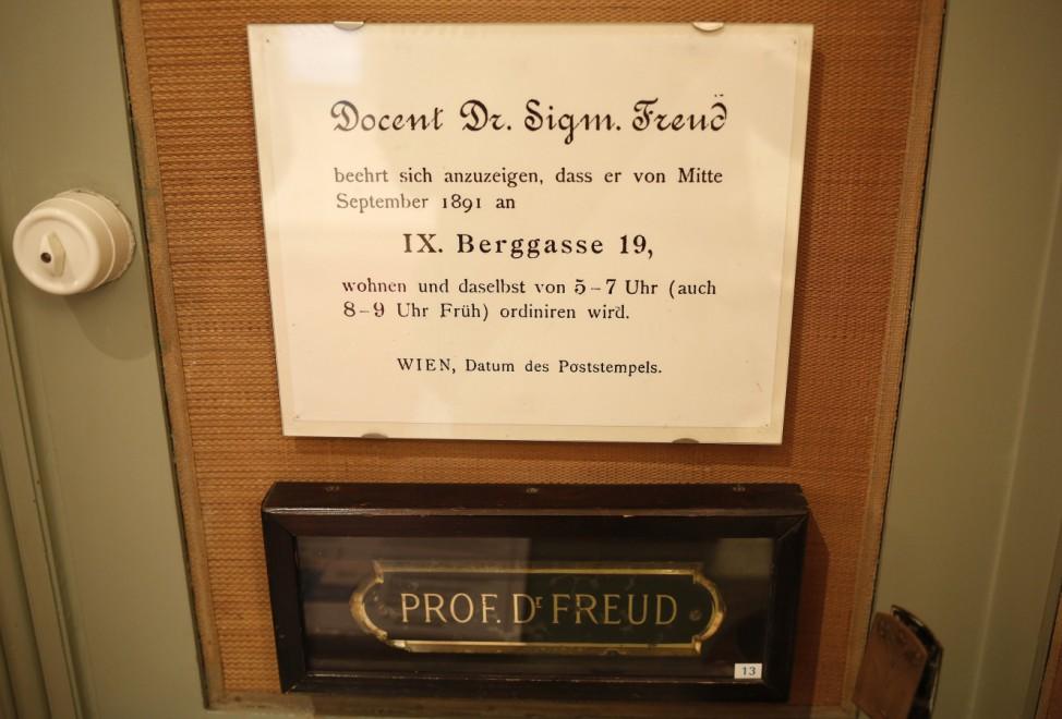 Öffnungszeiten vor dem Freud-Museum in Wien
