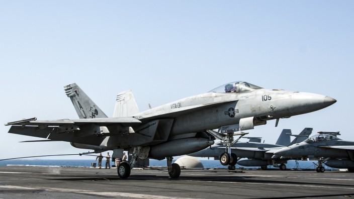 Angriffe auf IS in Syrien: Ein Kampfflugzeug des Typs F/A-18E Super Hornet landet nach dem Syrien-Einsatz auf dem Flugzeugträger USS George H.W. Bush im Persischen Golf
