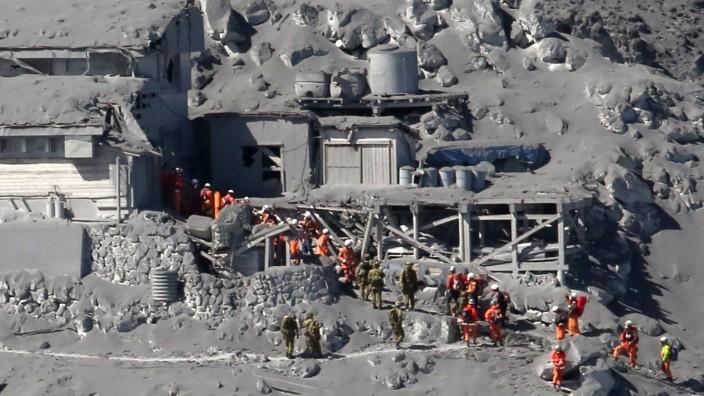 Vulkanausbruch in Japan: Einsatzkräfte versuchen am Ontake, Menschen aus der Asche zu retten.