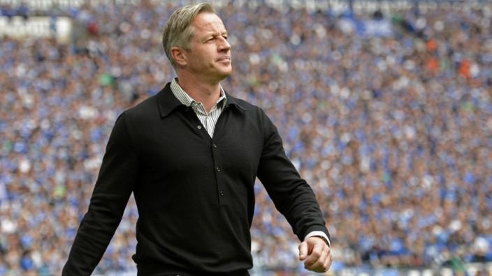 Schalke-Trainer Jens Keller: Triumphmarsch mit den Fans im Rücken: Jens Keller hat mit dem Derbysieg wieder für Ruhe auf Schalke gesorgt.