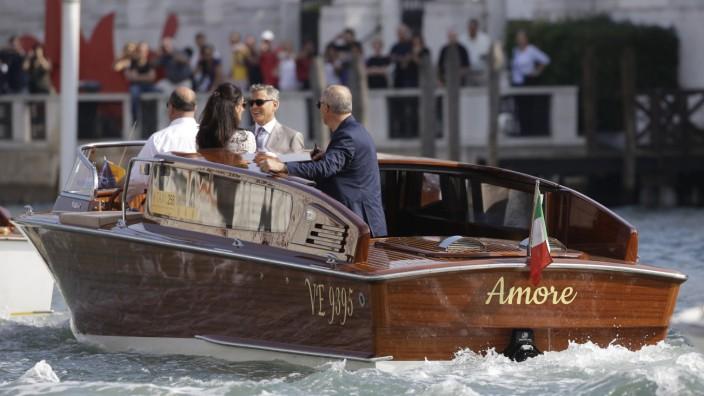 Hochzeit von George Clooney und Amal Alamuddin: Amal Alamuddin und Neu-Ehemann George Clooney im Wassertaxi