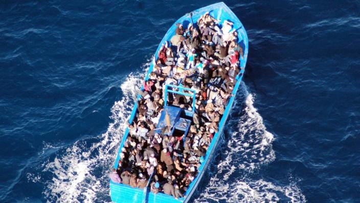 Italian navy rescues migrants