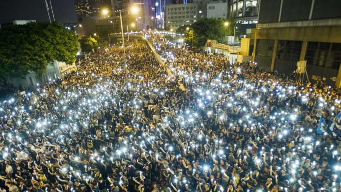 Proteste in Hongkong: Am Montag demonstrierten Tausende mit ihren Smartphones vor dem Legislativrat von Hongkong