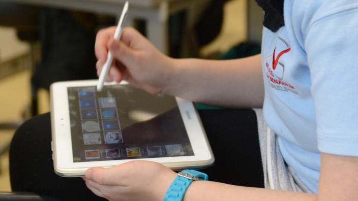 Schüler arbeiten am Tablet-PC im Unterricht