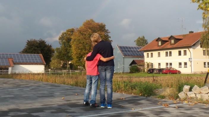 Prozess um Sorgerecht: Zwei, die sich festhalten: Birgit R. und ihr achtjähriger Sohn, um den sie sich erbittert mit ihrem früheren Mann streitet.