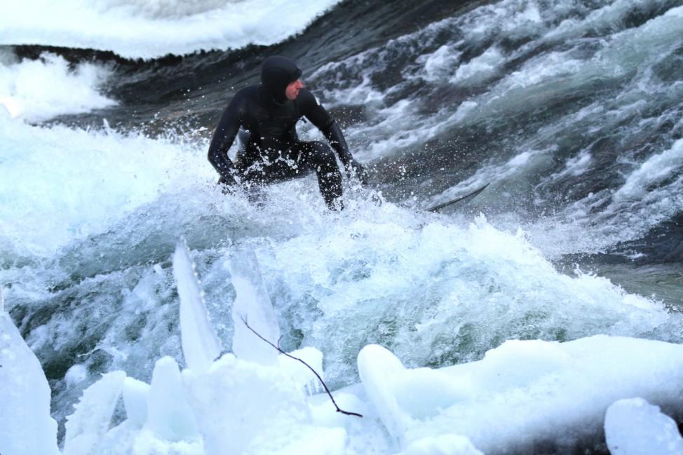 Eisbachsurfer in München im Winter, 2012