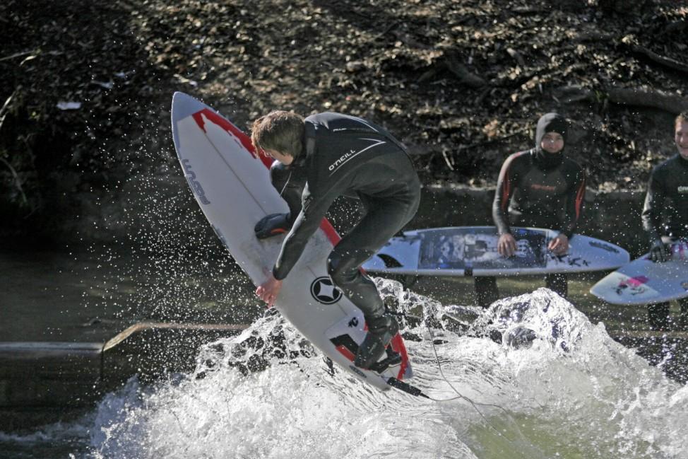 Eisbach-Surfer in München, 2007