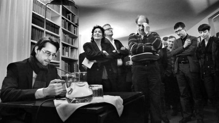 """Frankfurter Buchmesse: Clemens J. Setz (links) liest beim Empfang im Siegfried-Unseld-Haus aus seinem neuen Roman """"Die Stunde zwischen Frau und Gitarre""""."""
