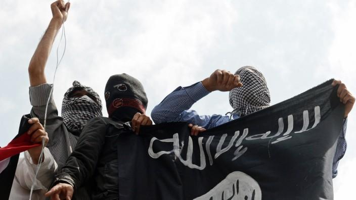 """Deutscher Dschihad: Anhänger der Terrormiliz """"Islamischer Staat"""" demonstrieren im Juli 2014 in Kaschmir."""