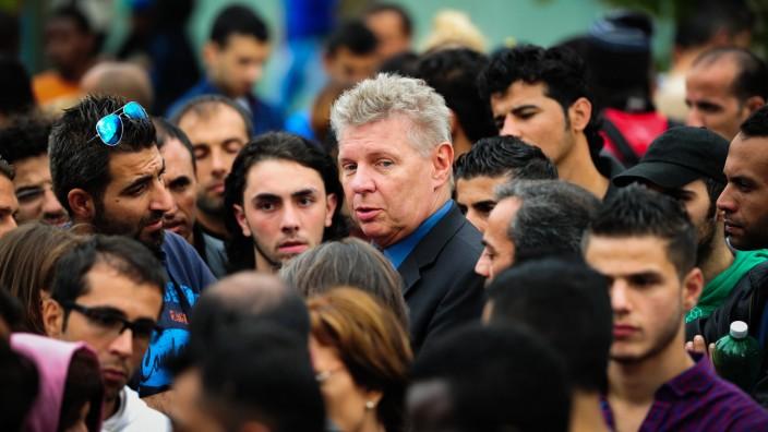 Flüchtlingsunterkunft: Wird die überfüllte Bayernkaserne nach seinem Besuch vorübergehend schließen: Münchens Oberbürgermeister Dieter Reiter