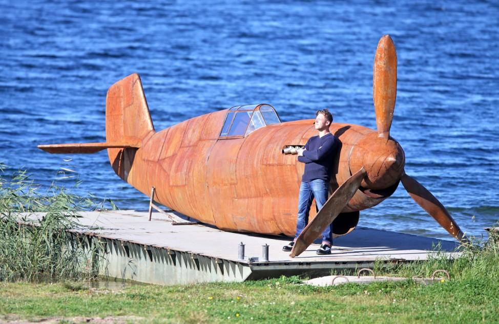 Antikriegsskulptur schwimmt auf der Goitzsche