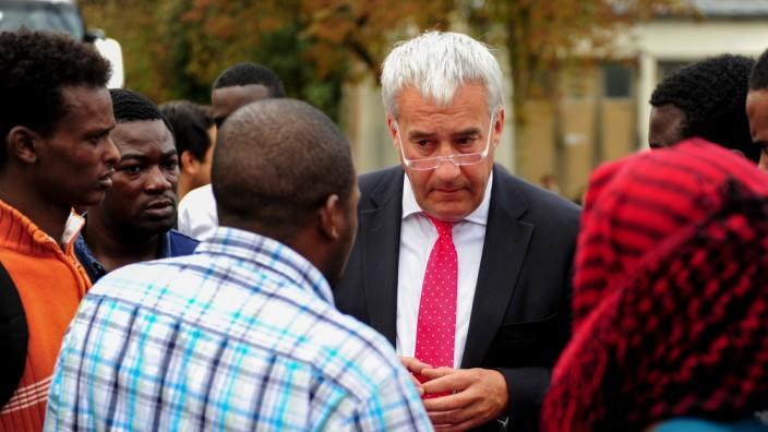 Münchens CSU-Chef Ludwig Spaenle beim Gespräch mit Flüchtlingen in der Bayernkaserne in München.