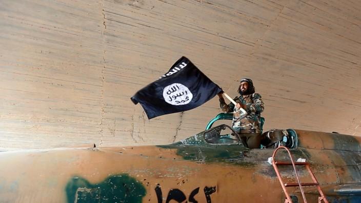 Krieg in Syrien: Im August posierten IS-Kämpfer auf Propagandabildmaterial mit einem eroberten syrischen Kampfjet