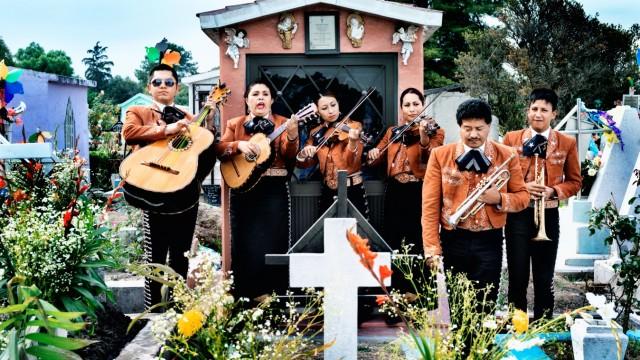 """""""Dieses schöne Scheißleben"""" im Kino: Seit den Fünfzigerjahren treten in Mexiko auch Frauen als Mariachi auf - in der üblichen Kostümierung."""