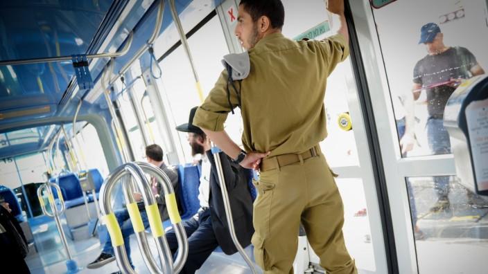 Uniformierte gehören in Israel zum alltäglichen Anblick - hier ein Soldat in der Trambahn in Jerusalem.