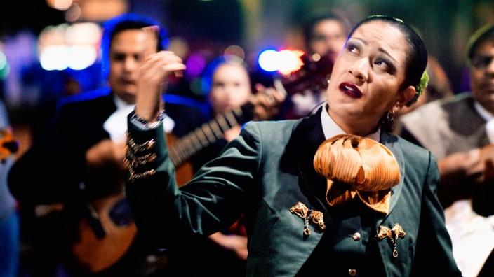 """""""Dieses schöne Scheißleben"""" im Kino: In """"Dieses schöne Scheißleben"""" zeichnet sich wie nebenbei das Bild der mexikanischen Gesellschaft ab - Geschlechterrollen nachzuspüren, darin ist Doris Dörrie immer noch besonders gut."""