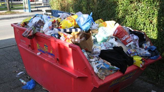 Elendsquartier in Kirchtrudering: Zu wenig Platz für so viele Menschen - auch die Müllcontainer quellen über.