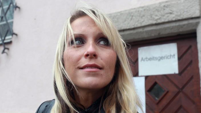 Die Erzieherin mit dem Kuenstlernamen Julia Pink.