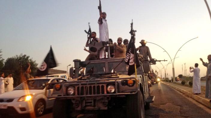 Islamischer Staat: IS-Kämpfer in angeberischer Pose: Die Anführer des IS wissen, wie weit sie Betriebe melken können, ohne diese wirtschaftlich zu ruinieren.