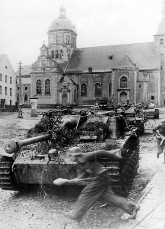 Sturmgeschütze bei Kämpfen im Raum Aachen, 1944