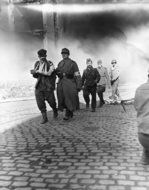 Deutsche Soldaten ergeben sich den Amerikanern in Aachen, 1944