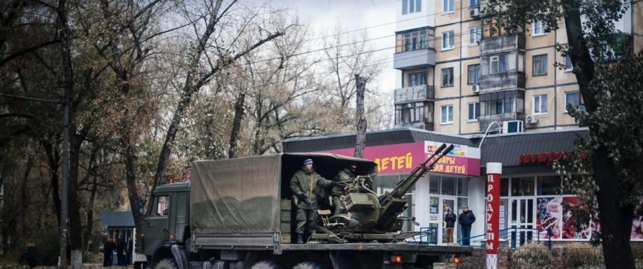Ostukraine: Militärtransporter mit Luftabwehrwaffe in Donezk, aufgenommen am 2. November.