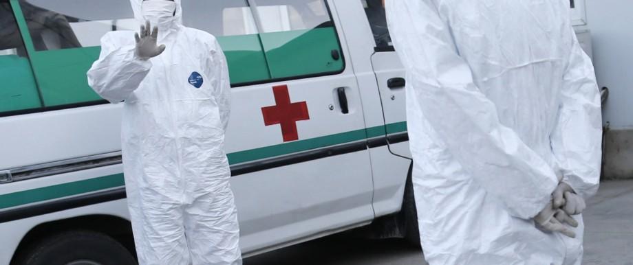 Ebola-Angst in Nordkorea: Medizinisches Personal am Flughafen von Pjöngjang.