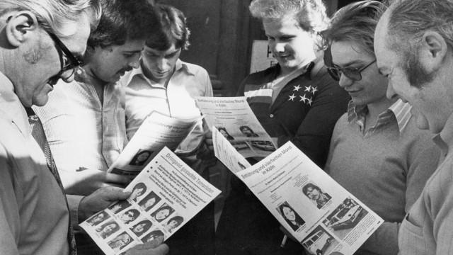Menschen mit Flugblättern zur RAF-Fahndung, 1977
