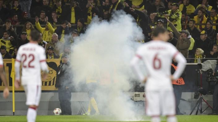 Randale von Istanbul-Fans in Dortmund: Pyrotechnik im Dortmunder Stadion: Gefahr von oben