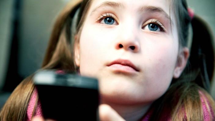 Erfolgreiches Kinderfernsehen: Kinder schauen mehr Kinderprogramme, seit es mehr Kanäle gibt. Das ist die komfortable Lage der Sender. Aber wie lange noch?